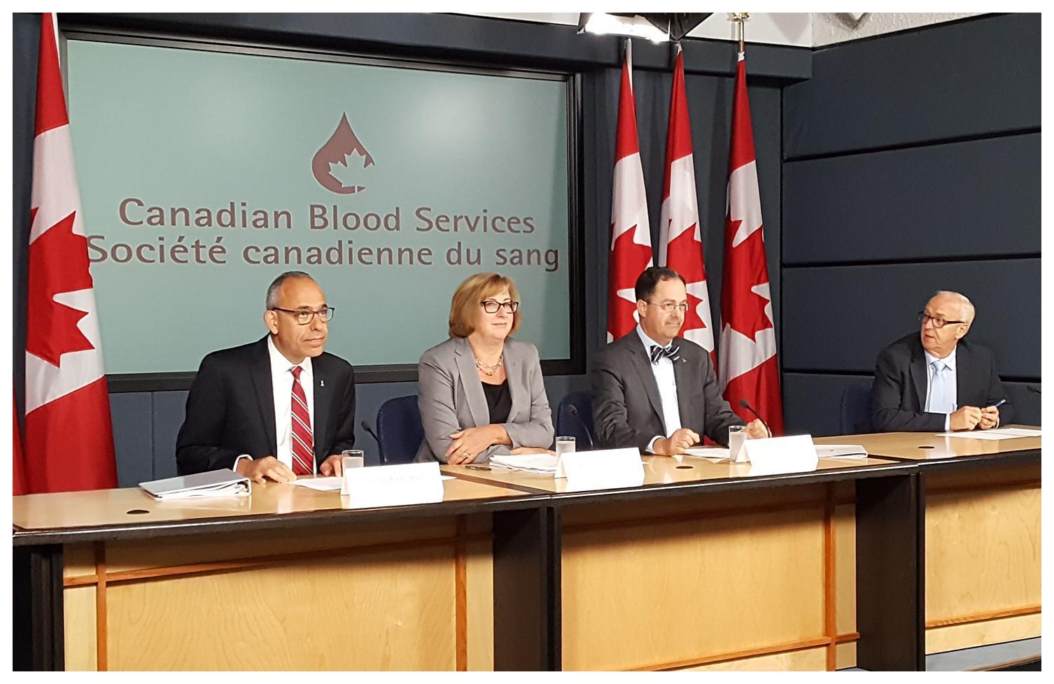 Des représentants de la Société canadienne du sang présentent le système de don et de greffe d'organes au Canada