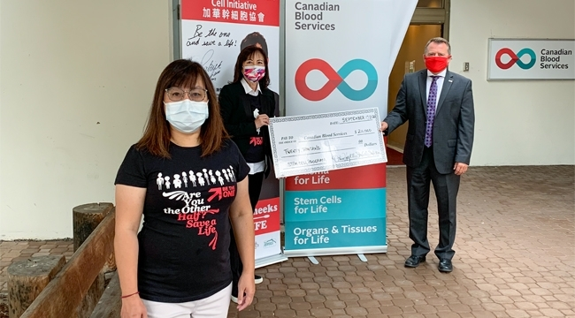 Image of Representatives of OtherHalf - Chinese Stem Cell Initiative holding up a giant cheque of $20,000 to Canadian Blood Services
